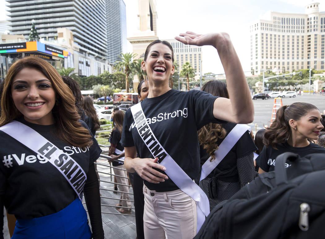 La concursante de Miss Universo Stefana Incandela de Argentina saluda a un fan que gritaba durante un evento de bienvenida para las concursantes en el Planet Hollywood Resort en Las Vegas el jueve ...