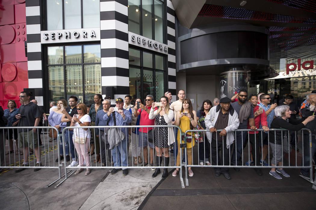 Los espectadores se impregnan de la escena durante un evento de bienvenida para las concursantes de Miss Universo en el Planet Hollywood Resort en Las Vegas el jueves 16 de noviembre de 2017. Rich ...