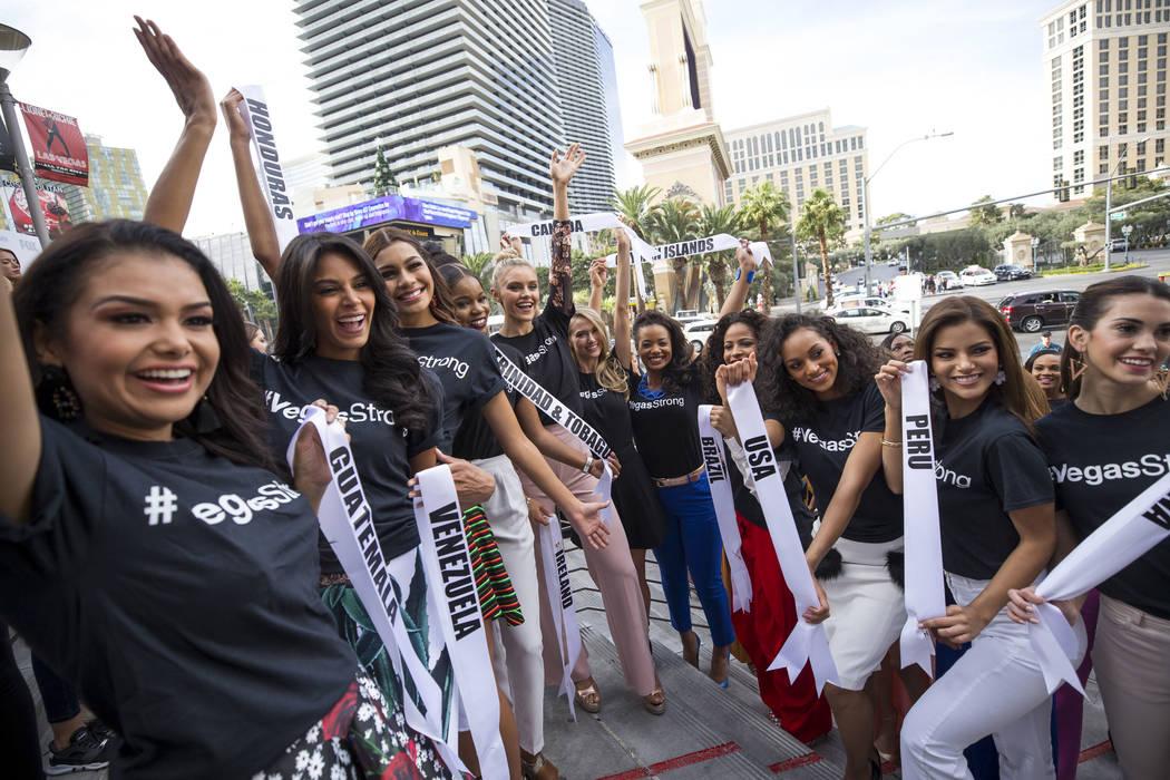Las concursantes de Miss Universo se reúnen para las fotos durante un evento de bienvenida para las concursantes en el Planet Hollywood Resort en Las Vegas el jueves, 16 de noviembre de 2017. Ric ...