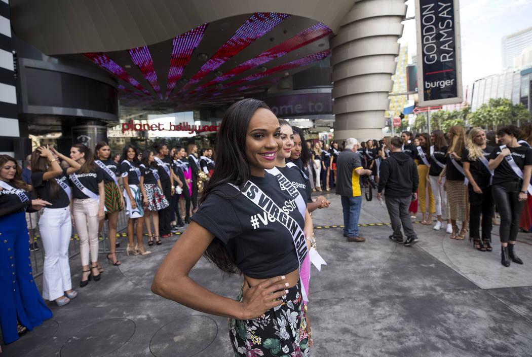 La concursante de Miss Universo, Esonica Veira, de las Islas Vírgenes de los EE. UU. Se presenta antes de un evento de bienvenida para las concursantes en el Planet Hollywood Resort en Las Vegas  ...
