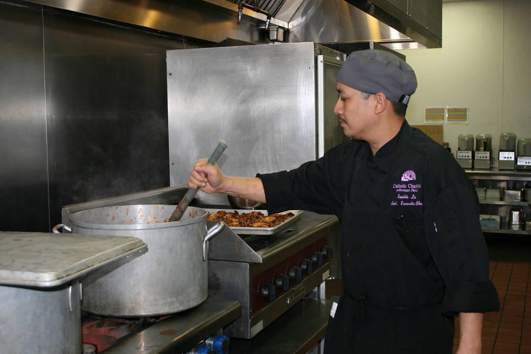 El chef ejecutivo Jun Lao en la Cocina de Caridades Católicas del Sur de Nevada, el viernes 17 de noviembre del 2017. | Foto Valdemar González / El Tiempo.