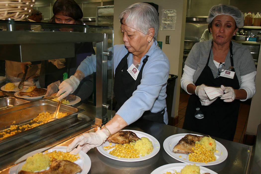 Voluntarias sirven los platos para el almuerzo en el comedor St. Vincent Lied. Viernes 17 noviembre del 2017. | Foto Valdemar González / El Tiempo.