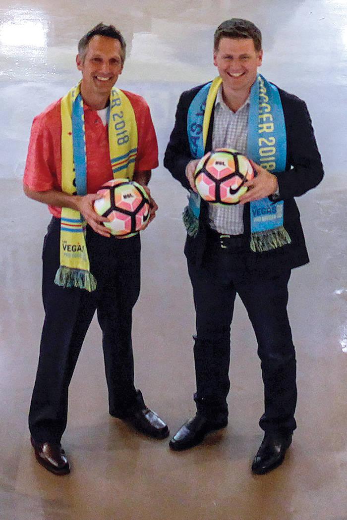 El Vicepresidente de Patrocinios Corporativos de Las Vegas Lights FC, Steve Pastorino, izquierda, y el propietario Brett Lashbrook, a la derecha, posan para un retrato en las oficinas de Light en  ...