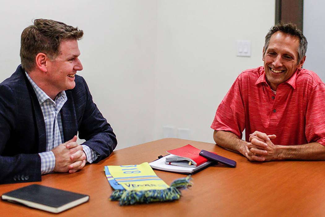 El propietario de Las Vegas Lights FC Brett Lashbrook, a la izquierda, y el vicepresidente de patrocinios corporativos Steve Pastorino, a la derecha, en las oficinas de Light en Las Vegas, el lune ...