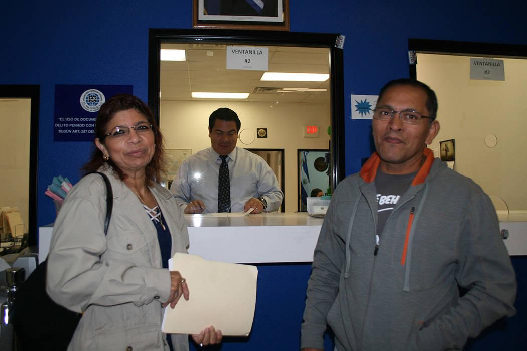 Patricia y José Morales, en el consulado de El Salvador, el 15 de noviembre del 2017.   Foto Valdemar González / El Tiempo.
