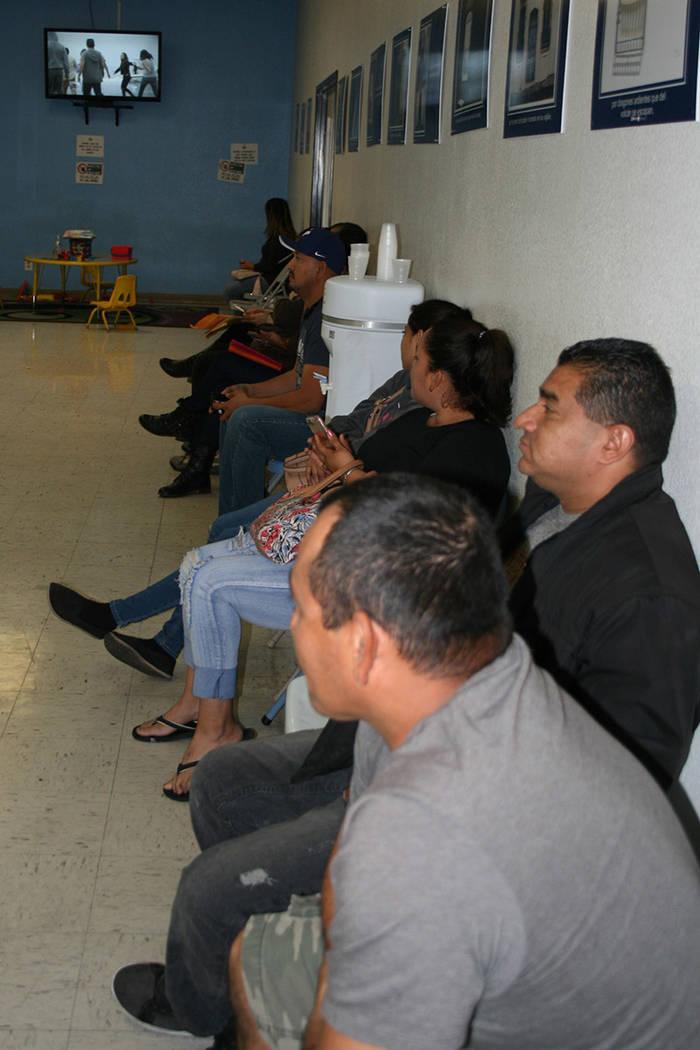 Salvadoreños con TPS esperan ser atendidos por una abogada de migración, en la sede consular de El Salvador en LV. 15 de noviembre del 2017.   Foto Valdemar González / El Tiempo.