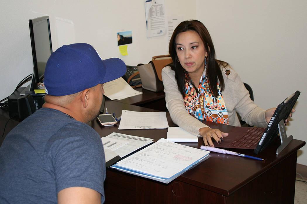 Un hombre salvadoreño con TPS es atendido por la abogada Kathia Pereira, en una asesoría gratuita que pretende ayudar ante la posible terminación del programa TPS. 15 de noviembre del 2017.   F ...