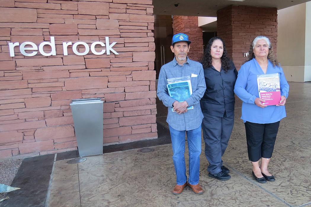 La señora Esther Abad (centro) ha podido iniciar el proceso de naturalización para sus padres gracias al programa de ciudadanía de Stations Casinos. En hotel y casino Red Rock. | Foto Anthony A ...