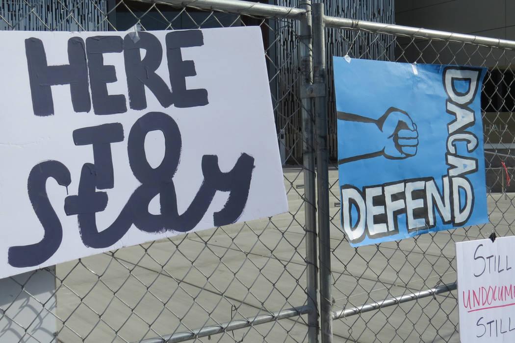 El mitin incluyo distintas pancartas que reflejaban las peticiones de los jóvenes 'dreamers'. Miércoles 15 de noviembre en UNLV.   Foto Anthony Avellaneda / El Tiempo.