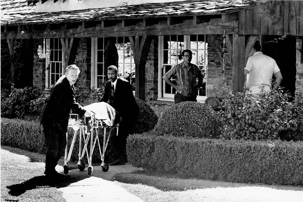 El cuerpo de la actriz Sharon Tate es sacado de su casa alquilada en Cielo Drive en Beverly Hills, California, el 9 de agosto de 1969. Tate, que estaba embarazada de ocho meses, y otras cuatro per ...