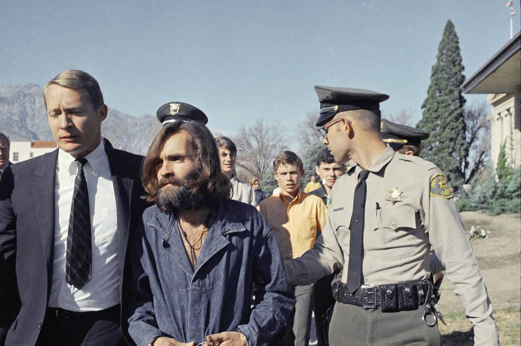 Charles Manson, líder de un culto hippie relacionado con los asesinatos de Sharon Tate, avanza de la cárcel a la sala del tribunal en Independence, California, el 3 de diciembre de 1969, para un ...