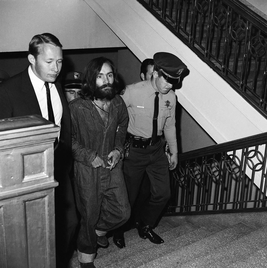 """Charles M. Manson, líder barbudo de 35 años de un clan comunal que él llama """"la familia"""" se muestra cuando llegó a Los Ángeles, el 10 de diciembre de 1969, para ser encarcelado por cargos de  ..."""