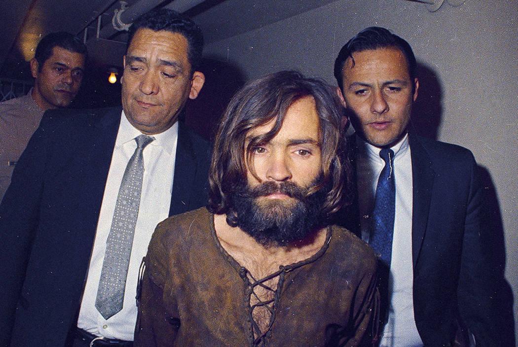 Charles Manson es acompañado a su juicio de cargos por conspiración y asesinato en relación con el caso de asesinato de Sharon Tate, 1969, Los Ángeles, California (AP Photo)