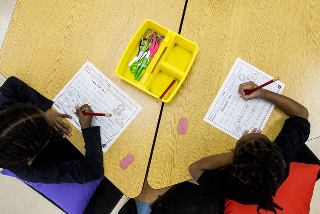 Los estudiantes de Pre-Escolar trabajan en un proyecto en North Las Vegas. (Elizabeth Brumley / Las Vegas Review-Journal)