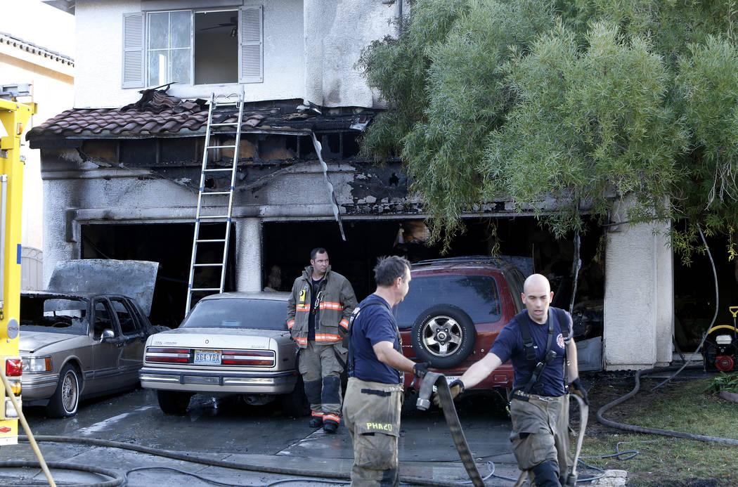 Bomberos de los departamentos de bomberos del Condado de Clark y Las Vegas en la escena de un incendio en 3186 Surf Spray St., cerca de Buffalo Drive y Desert Inn Road, el martes 21 de noviembre d ...