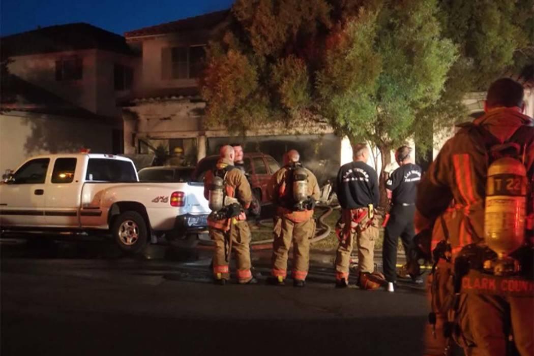 Un incendio temprano en la mañana en 3186 Surf Spray St. ha desplazado a cuatro adultos y dos niños, el martes 21 de noviembre de 2017. (Max Michor / Las Vegas Review-Journal)