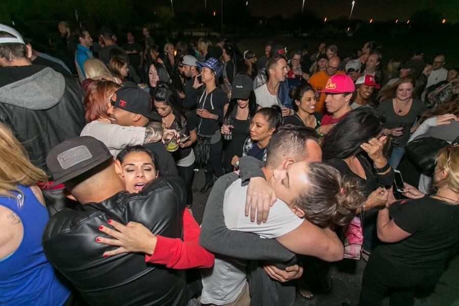 Bartenders, asistentes y servidores que trabajaron en el festival de música Route 91 Harvest en una reunión celebrada en el bar y taberna Born and Raised cerca de Las Vegas el 3 de octubre. Cele ...