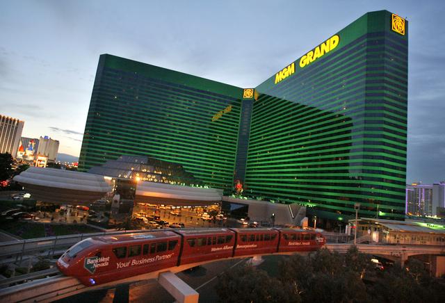El monorriel de Las Vegas pasa por MGM Grand en Las Vegas, miércoles, 27 de abril de 2006. MGM Mirage Inc., la segunda mayor empresa de casinos del mundo, dijo el jueves que sus ganancias del pri ...