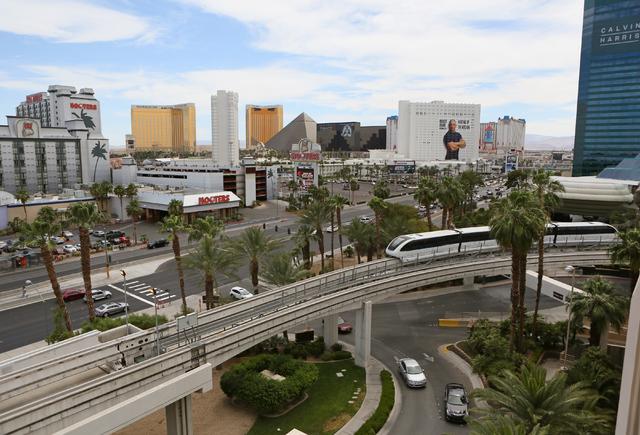 El Las Vegas Monorail pasa el MGM Grand hotel-casino el jueves 2 de junio de 2016 en Las Vegas. Los pasajeros pueden viajar en el monorriel desde MGM Grand hasta SLS con paradas en el camino. (Ron ...