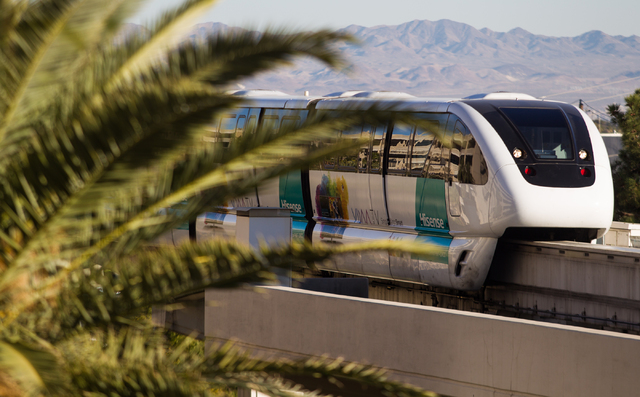 El monorriel de Las Vegas se dirige hacia el norte hacia el MGM Grand en Las Vegas el miércoles, 15 de enero de 2014. (Chase Stevens / Las Vegas Review-Journal)