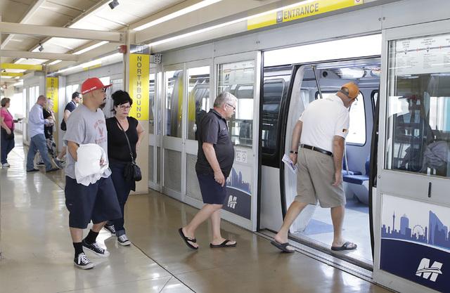 Los pasajeros abordan el monorriel en la estación MGM el jueves 27 de octubre de 2016 en Las Vegas. Bizuayehu Tesfaye / Las Vegas Review-Journal Sigue a @bizutesfaye