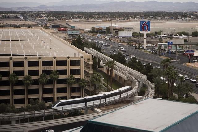 El monorriel de Las Vegas visto el miércoles 29 de mayo de 2014, desde el piso 15 del hotel casino MGM Grand. La ruta del monorriel y su potencial para transportar trabajadores en el Strip de Las ...