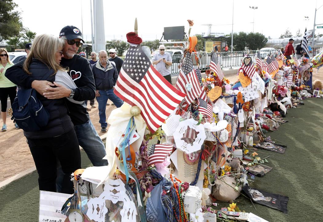 Chris Davis y su esposa Debbie visitan una cruz conmemorativa para su hija Neysa Tonks en el letrero de Welcome to Fabulous Las Vegas el domingo 12 de noviembre de 2017. Cincuenta y ocho cruces y  ...
