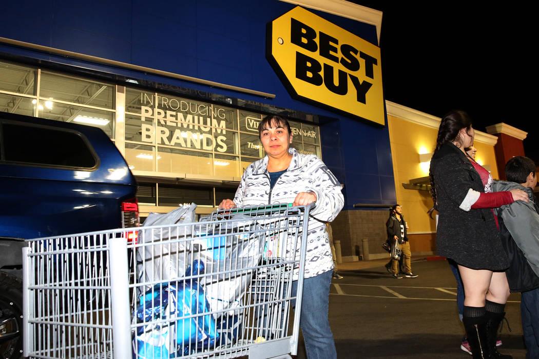 Maria Flores sale con su compra a las 12:39 a.m. después de las compras del Black Friday en Best Buy en Henderson el 24 de noviembre de 2017 en Las Vegas. (Bizuayehu Tesfaye / Las Vegas Review-Jo ...