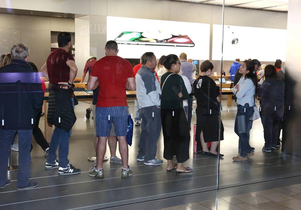 La gente hace cola dentro de Apple Store en The Strip en el Fashion Show Mall en Black Friday, 24 de noviembre de 2017, en Las Vegas. Bizuayehu Tesfaye Las Vegas Review-Journal @bizutesfaye