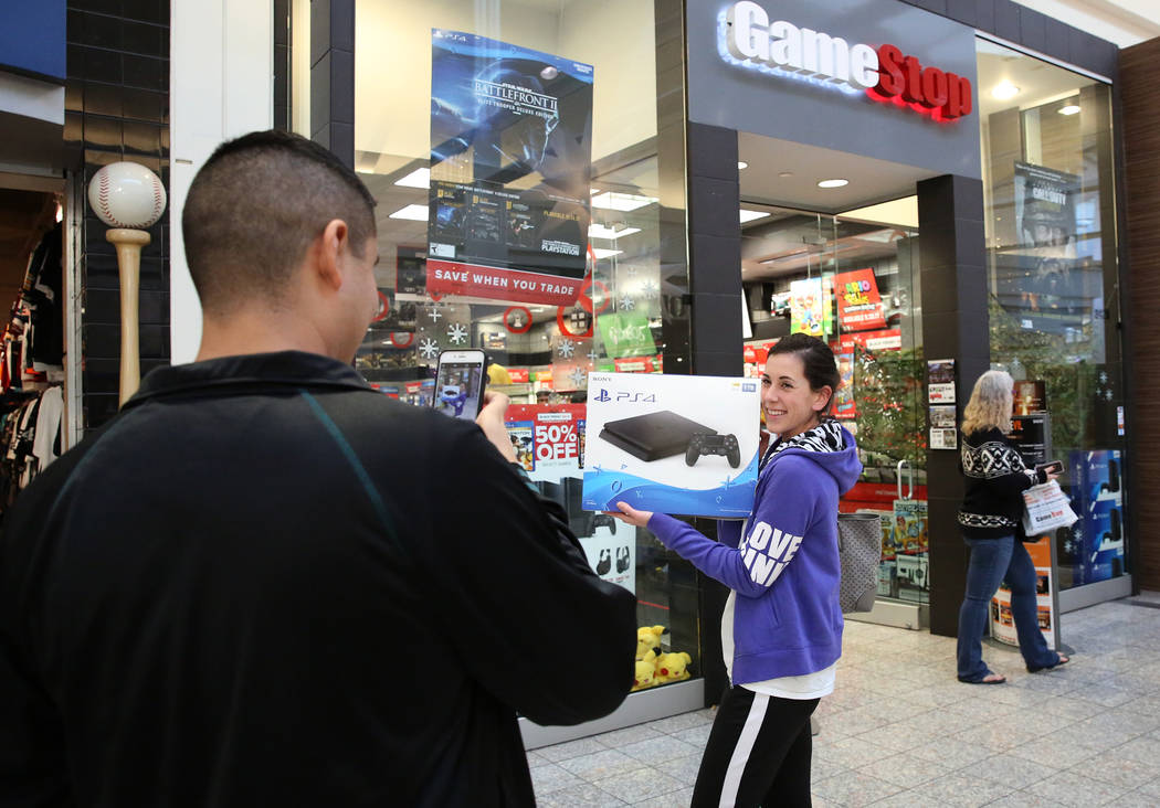 Una compradora, que no quiso dar su nombre, muestra su nueva PS4 fuera de GameStop en el Galleria Mall el Black Friday, 24 de noviembre de 2017, en Henderson. Bizuayehu Tesfaye Las Vegas Review-Jo ...