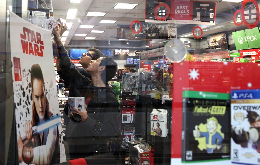 Los compradores, que se negaron a dar sus nombres, compran en GameStop en el Galleria Mall el Black Friday, 24 de noviembre de 2017, en Henderson. Bizuayehu Tesfaye Las Vegas Review-Journal @bizut ...