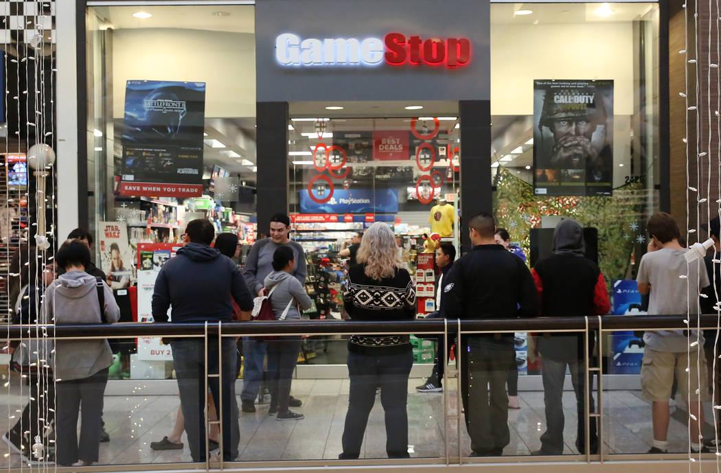 La gente hace cola fuera de GameStop en el Galleria Mall el Black Friday, 24 de noviembre de 2017, en Henderson. Bizuayehu Tesfaye Las Vegas Review-Journal @bizutesfaye