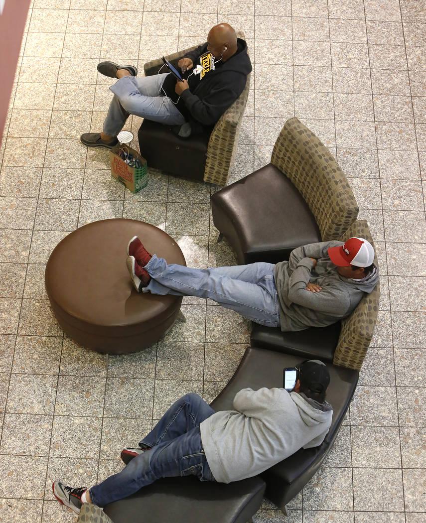 Los compradores se toman un descanso en el Galleria Mall el Black Friday, 24 de noviembre de 2017, en Henderson.  Bizuayehu Tesfaye Las Vegas Review-Journal @bizutesfaye