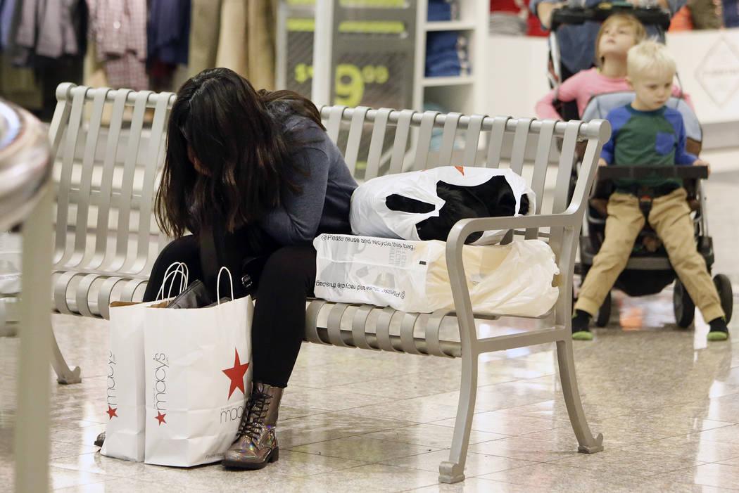 Dulce Solian, de 18 años, de Henderson toma un descanso fuera de JCPenny en el Galleria Mall el Black Friday, 24 de noviembre de 2017, en Henderson. Bizuayehu Tesfaye Las Vegas Review-Journal @bi ...