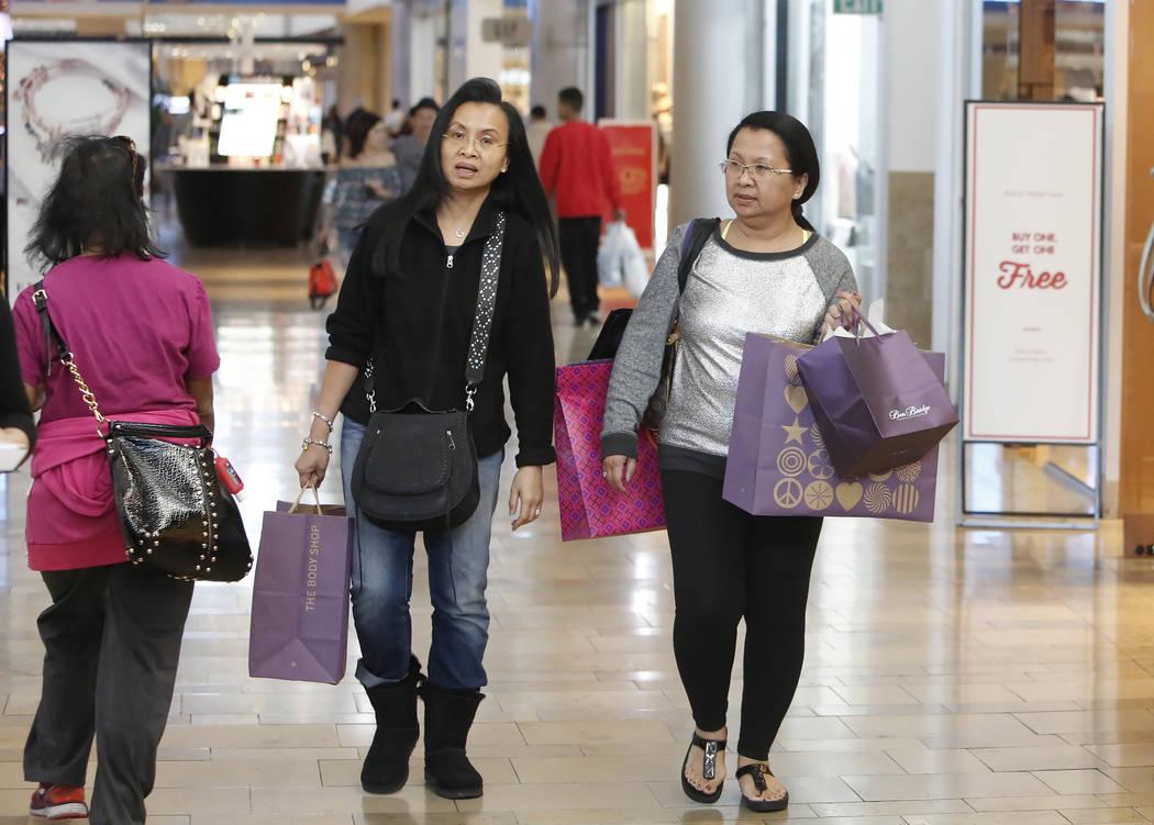 Geri H, al centro, y su hermana Loby P, quienes se negaron a dar sus apellidos, compraron en el Fashion Mall Show en The Strip el Black Friday, 24 de noviembre de 2017, en Las Vegas. Bizuayehu Tes ...