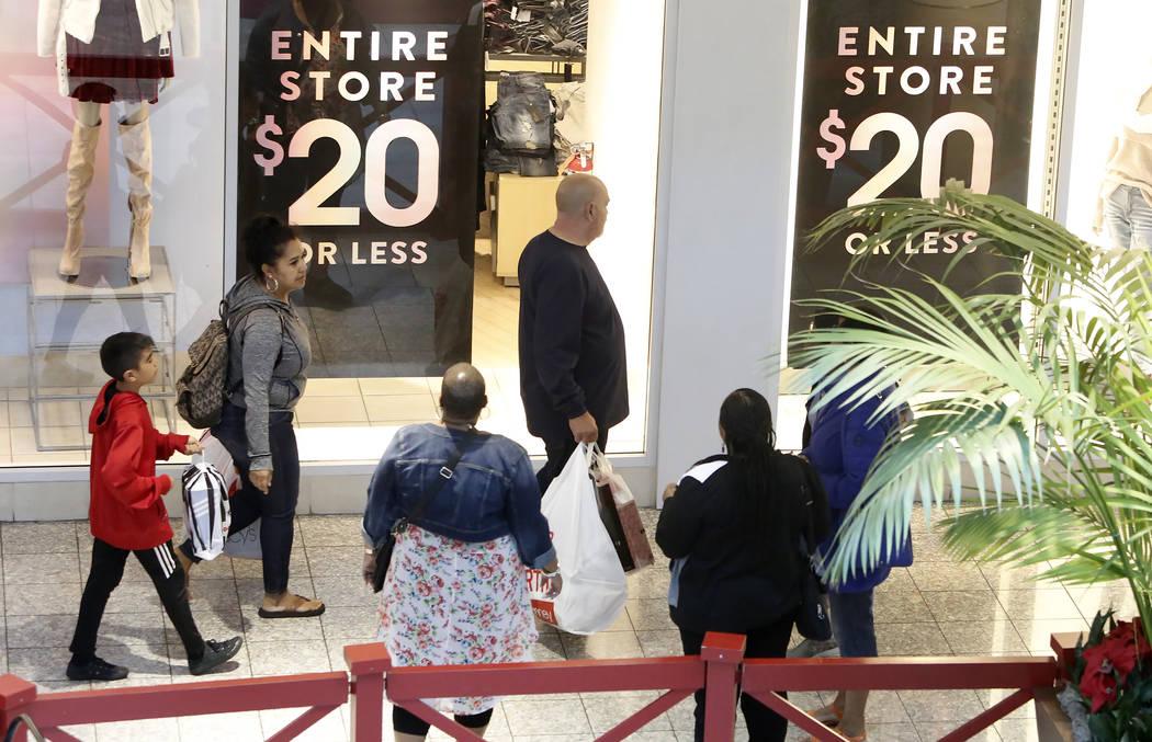 Las personas, incluido Art Martinez, en el centro, compran en Galleria Mall el Black Friday, 24 de noviembre de 2017, en Henderson.  Bizuayehu Tesfaye Las Vegas Review-Journal @bizutesfaye