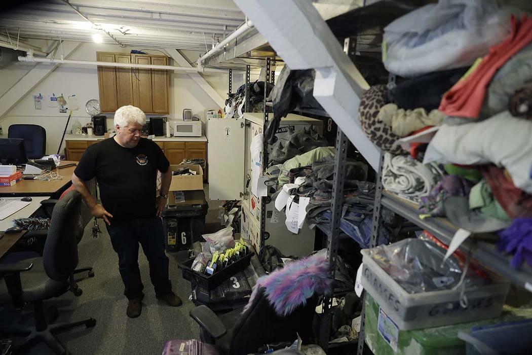 Terry Schoop, gerente del departamento de servicios comunitarios del festival Burning Man, busca artículos perdidos y encontrados en la sede central de la organización en San Francisco, martes 2 ...