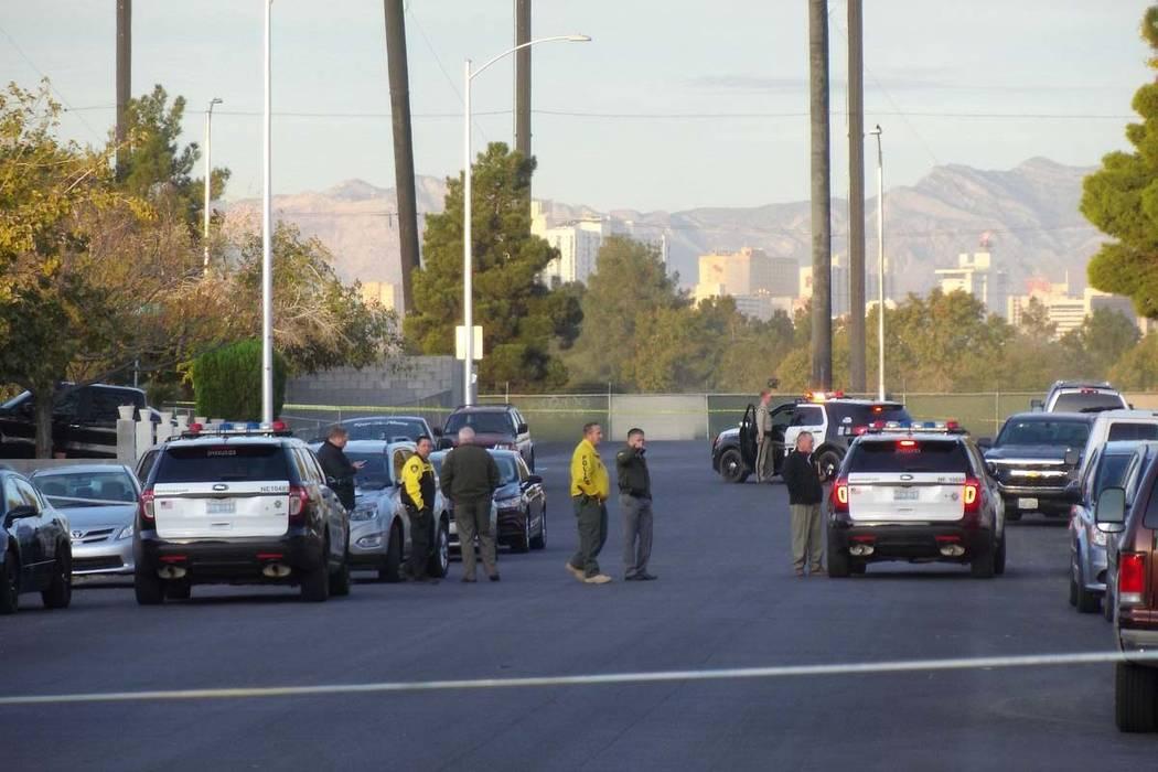 La policía de Las Vegas investiga un apuñalamiento que dejó un hombre muerto en la cuadra 3600 de Diamond Head Drive en el este de Las Vegas, el martes 21 de noviembre de 2017. (Max Michor / La ...