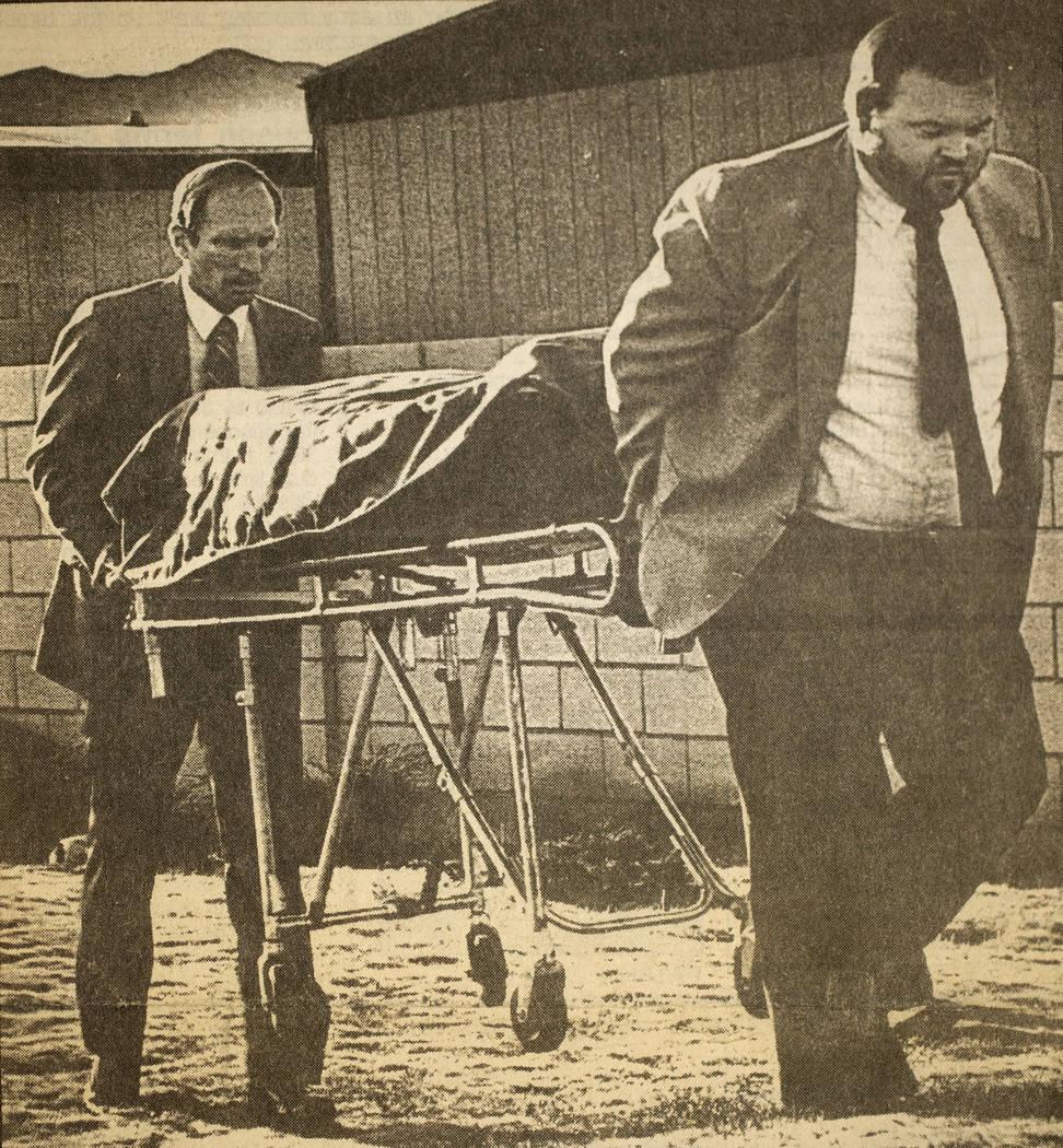 Los trabajadores de Palm Mortuary retiran el cuerpo de Alexander Harris después de que fue encontrado debajo de una casa móvil en Whiskey Pete's Casino en Stateline, ahora conocido como Primm, e ...
