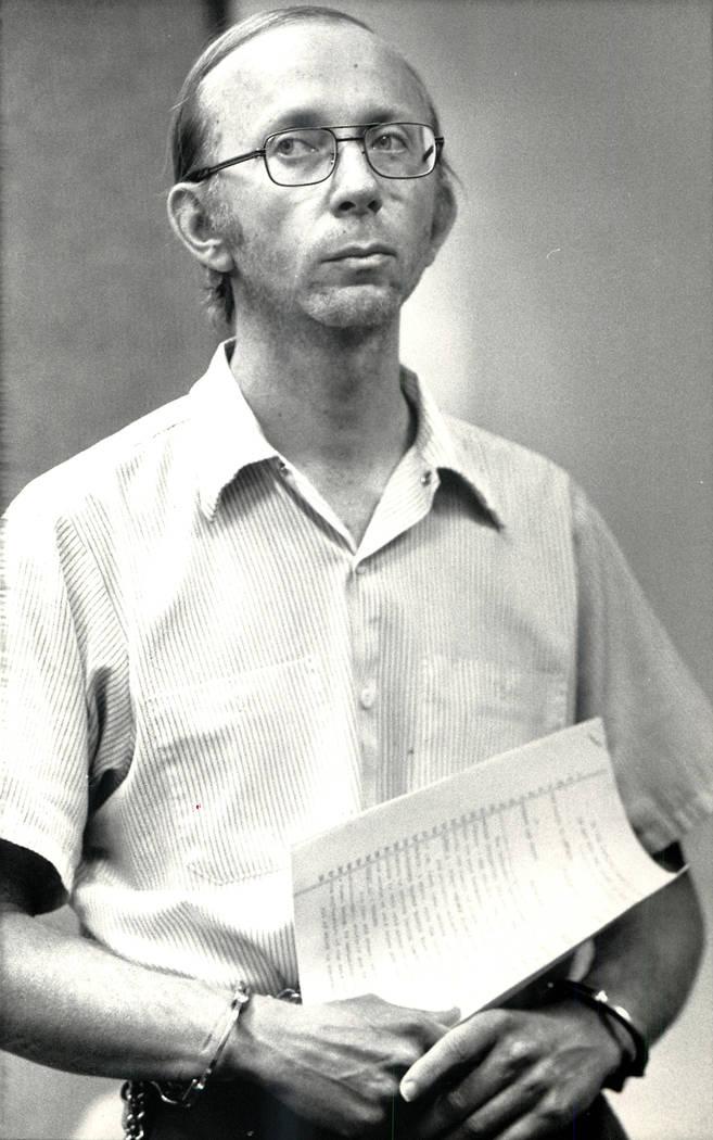 Howard Lee Haupt escucha en Las Vegas Justice Court el 1 de marzo de 1988, ya que la fianza se establece en $350,000. Haupt fue acusado de matar a un niño de 7 años en 1987 en Whiskey Pete's, ce ...