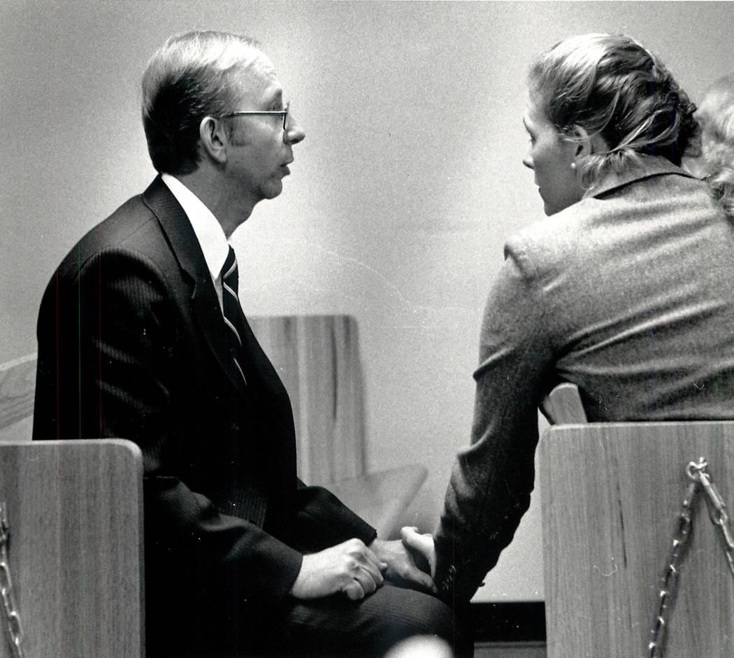 Howard Lee Haupt habla con su prometida antes de la selección del jurado el 9 de enero de 1989. Haupt fue acusado de asesinato en la muerte en 1987 de Alexander Harris, de 7 años. Un jurado lo a ...