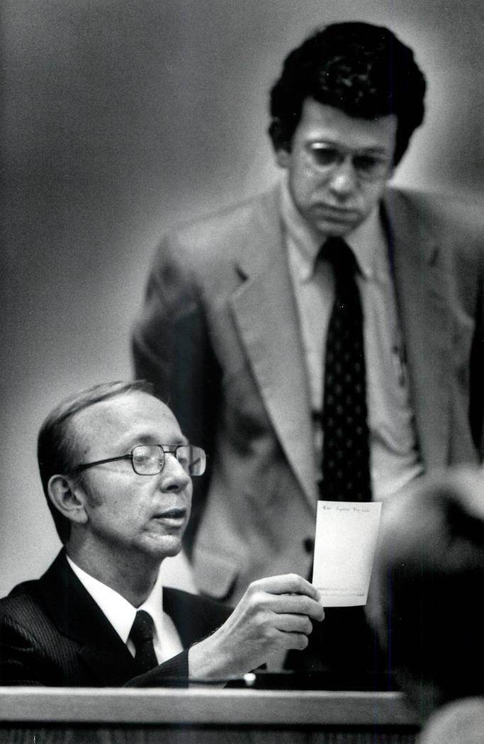 Howard Lee Haupt, sentado, le dice al abogado defensor Steve Stein dónde estaba el día en que Alexander Harris, de 7 años, desapareció de Whiskey Pete's. Haupt dijo que estaba hablando con un  ...
