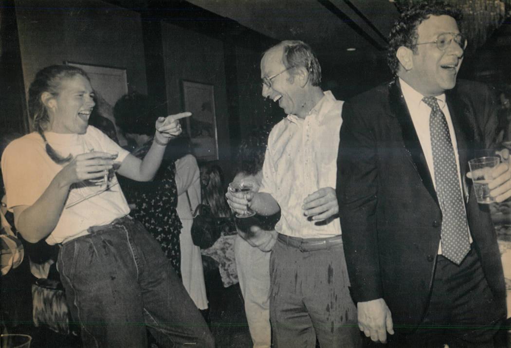 Howard Lee Haupt, al centro, es empapado con champaña en una fiesta que marca su absolución el 15 de febrero de 1989, en la muerte de Alexander Harris. La prometida de Haupt, Tina Van Den Hazel, ...