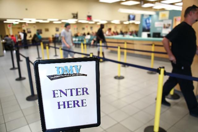 La gente camina a través de la fila en la oficina del DMV en 2701 E. Sahara Ave., en Las Vegas. (Las Vegas Review-Journal)