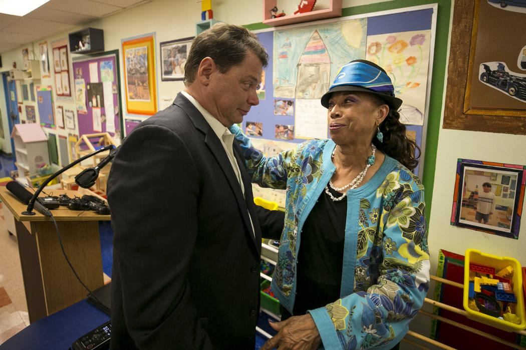 El Superintendente del Distrito Escolar del Condado de Clark Pat Skorkowsky habla con la Vicepresidenta de la Junta de Síndicos de CCSD Linda Young después de anunciar su retiro durante una conf ...