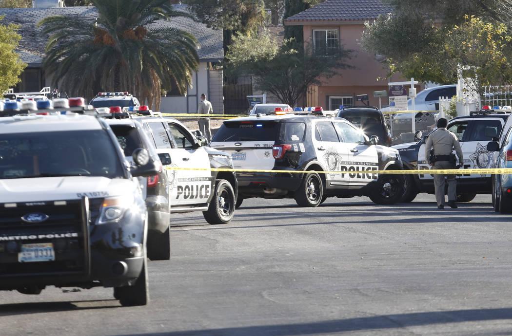 La policía de Las Vegas está en la escena de un enfrentamiento cerca de Ducharme Avenue y Sherer Street, cerca de Walter Johnson Junior High School, martes, 28 de noviembre de 2017. (Bizuayehu T ...