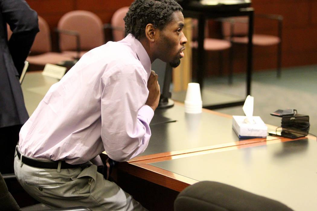 Bryan Clay se para y se prepara para quitarse la corbata después de ser declarado culpable en el Centro de Justicia Regional el martes 28 de noviembre de 2017, de violar y matar a una mujer y a s ...