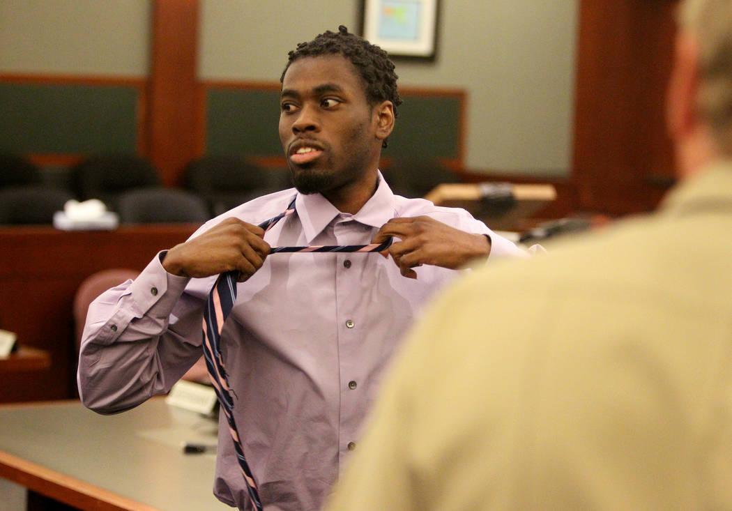 Bryan Clay se quita la corbata después de ser declarado culpable en el Centro de Justicia Regional el martes 28 de noviembre de 2017, de violar y matar a una mujer y a su hija de 10 años. K.M. C ...
