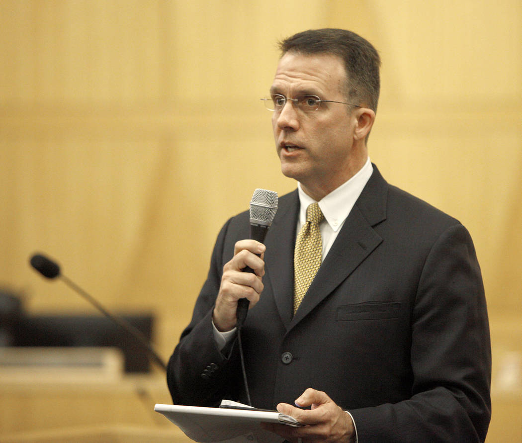 Jeff Dion, el subdirector del Centro Nacional para Víctimas del Crimen, habla ante la multitud y el comité del Fondo de Víctimas de Las Vegas en el Clark County Government Center en Las Vegas,  ...