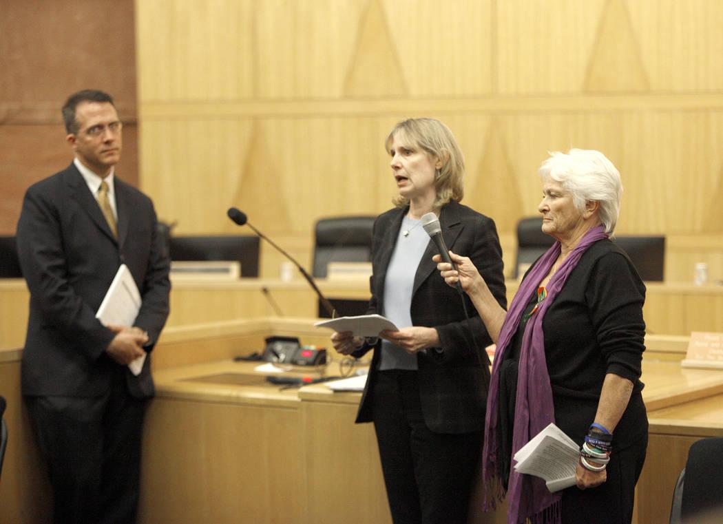 Anita Bush, del National Compassion Fund, habla con los asistentes y el comité del Fondo de Víctimas de Las Vegas en el Clark County Government Center en Las Vegas, el martes 28 de noviembre de  ...